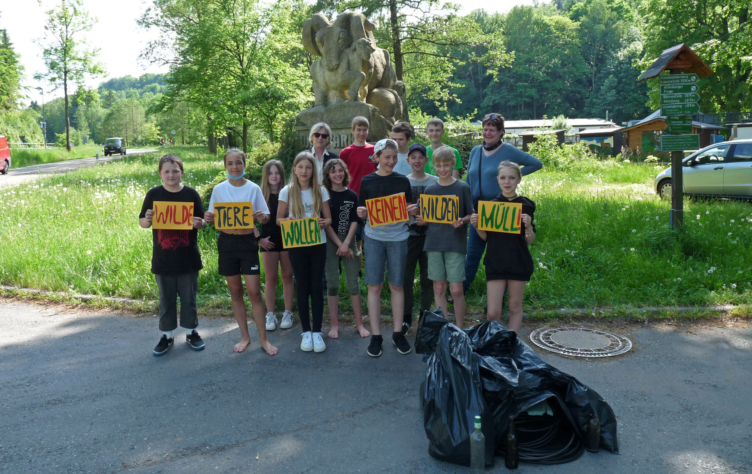 Müllsammelaktion der Madagaskar-AG rund um den Wildpark Hartmannmühle